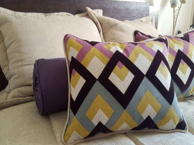 Entenda como os tecidos para almofadas fazem a diferença na decoração da sua casa.
